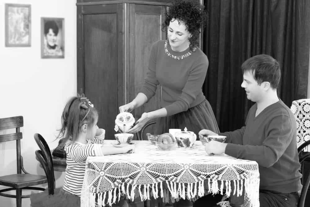 Met het hele gezin aan een houten tafel eten zonder vlekken? Het kan écht!