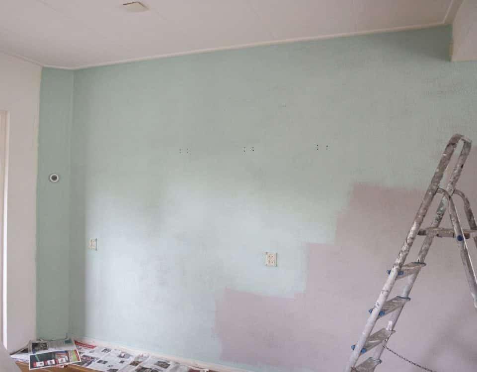woonkamer makeover groene muur