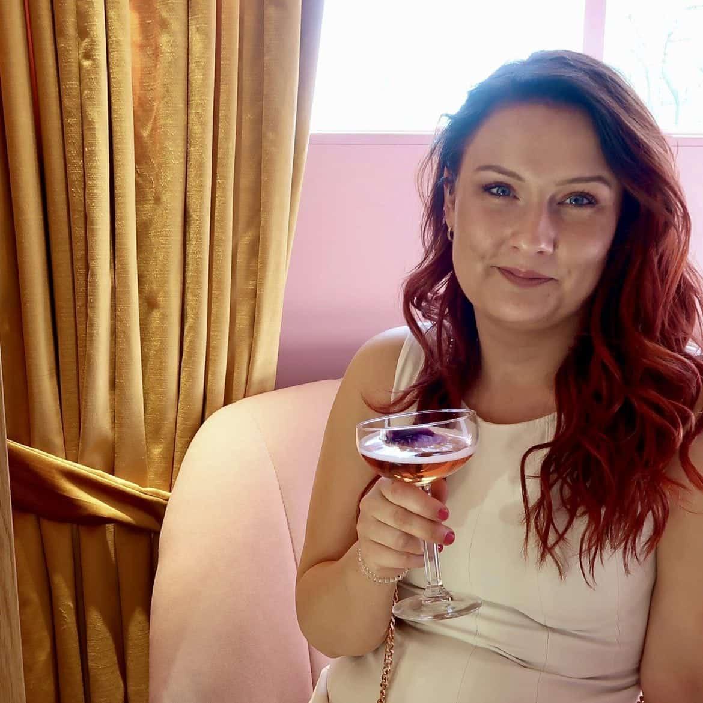 juiste volgorde van huidverzorgingsproducten Zo overleef je een witte outfit momambition.nl Pink Press Lunch Mama Kelly Cafe Momambition.nl Pupa Milano Matis